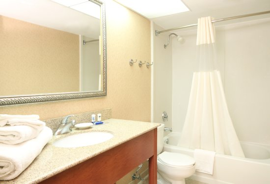 Clarion Inn & Suites Tulsa Central: Guest Bathroom