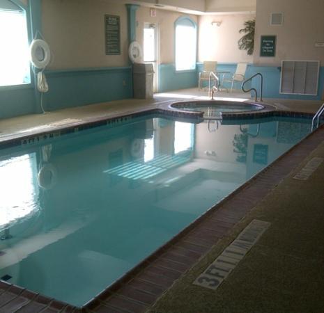 La Quinta Inn & Suites Gainesville: LaQuintaGainsvillePoolJacuzzi