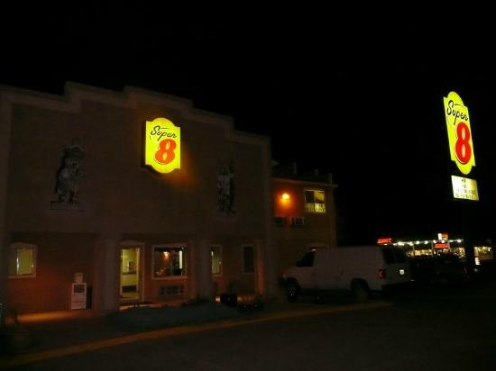 Super 8 Bloomfield: motel front early morning