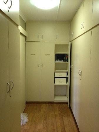 Villa Rustique Bed and Breakfast: Ankleidezimmer? Krankenhausfeeling, dreckige Fächer.
