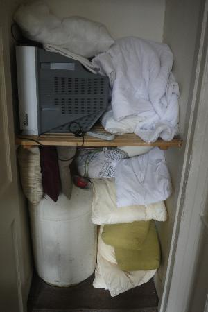 Scottish Apartments : 3/11 Stained bedding and broken TV thrown in cupboard