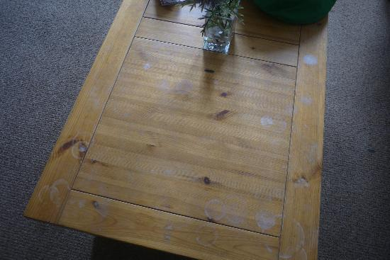 Scottish Apartments : 3/11 Dirty and stained coffee table