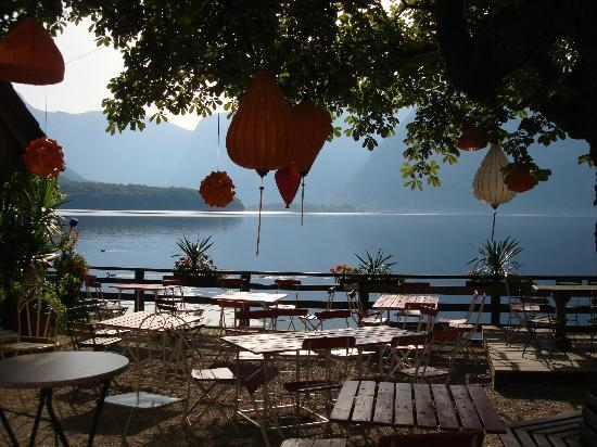 Gasthof Simony: Walking back to carpark, restaurant terrace on lake