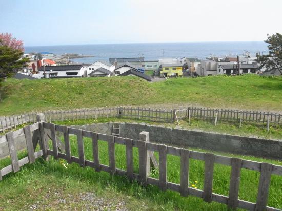 復元された掘り割りと津軽海峡 -...