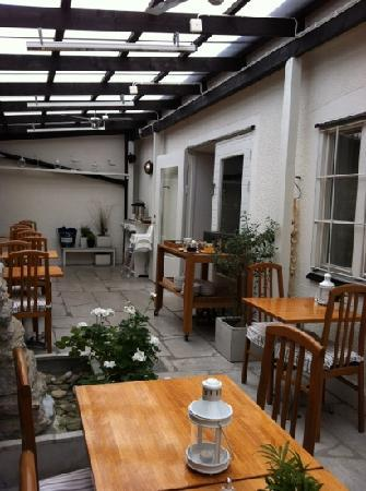 Hotel Stenugnen: courtyard for breakfast