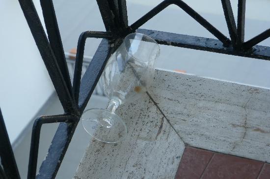 Hotel Lungomare: questo bicchiere sporco ci ha fatto compagnia per tutti e tre i giorni passati qui!