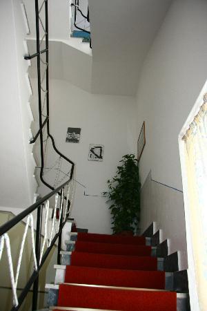 Hotel Fjby: L'escalier vers les étages