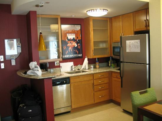 Residence Inn Pittsburgh Monroeville/Wilkins Township: Kitchen in our room