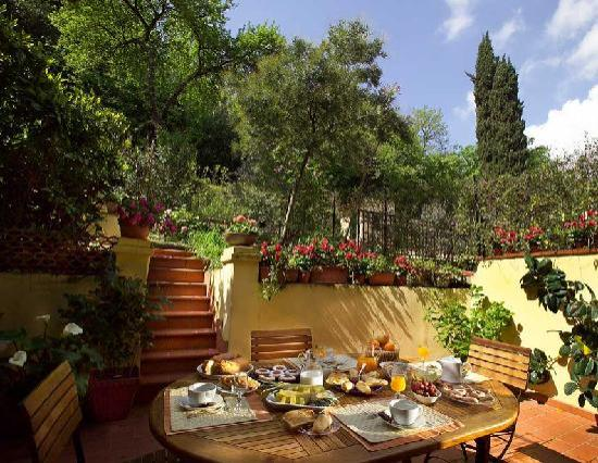 B&B Monte Oliveto: Breakfast in the garden