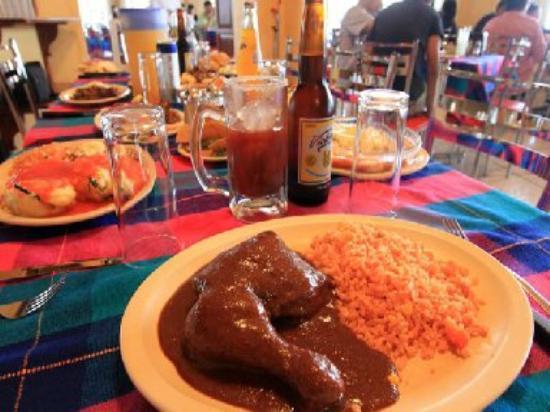 Restaurant de La Sierra: Riquisimo mole con pollo y arroz, y una cerveza