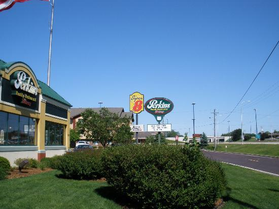 Super 8 Peoria: Perkins Restaurant Next door