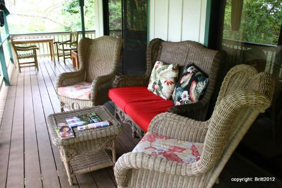 Kauai Country Inn: sitting area on our suite's private deck