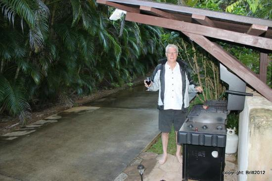 Kauai Country Inn: cover over the BBQ helps during those sudden flash-rains ;)