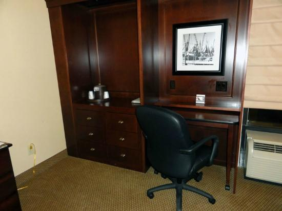 Hampton Inn Charleston/Mt. Pleasant-Patriots Point: Desk and drawers