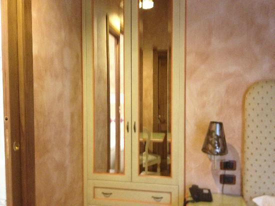 Rhona's Rooms B&B: Mirrored closet doors