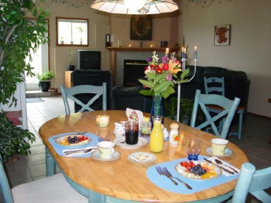 Tuckers Inn B&B and Spa: Breakfasts for the Creekside Room and Rose Garden are served in the spacious dining area.