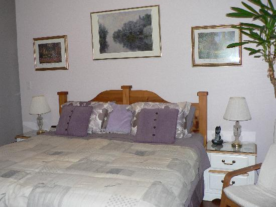Tuckers Inn B&B and Spa: Creekside Room - One king bed or two twin beds