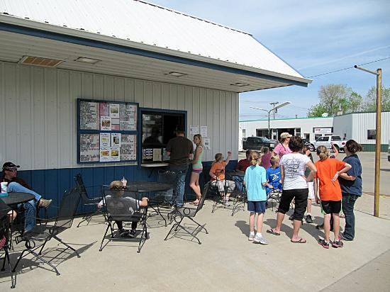 Wishek, Dakota del Nord: Ice cream crowd on a muggy May day