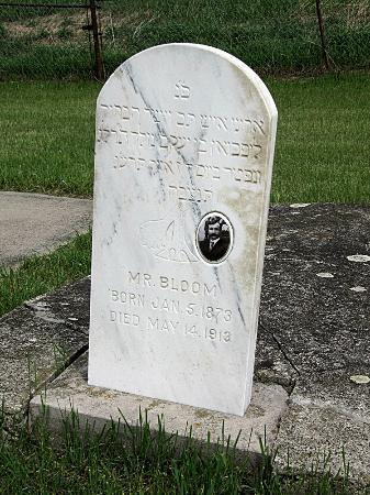 Ashley Jewish Cemetery: Gravestones at Beth Itzchock face west, away from the graves