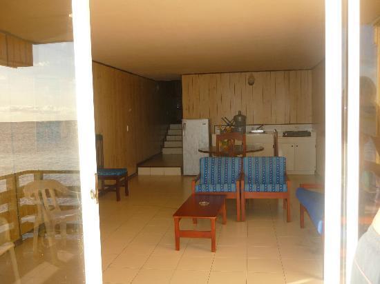 Apartahotel Tres Casitas: La sala con balcón y vista directa al mar