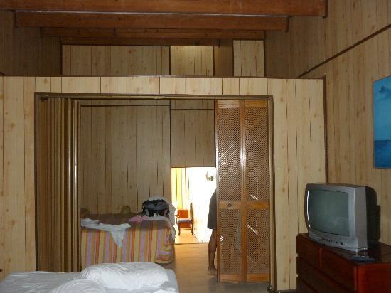 Apartahotel Tres Casitas: La habitación...el separador del que les hablé.