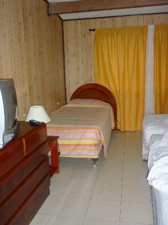 Apartahotel Tres Casitas: La habitación es grande, tiene 5 camas y un separador.