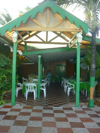 Apartahotel Tres Casitas: El comedor exterior.