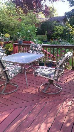 South Coast Inn Bed and Breakfast : Outside Deck
