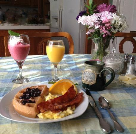 White Oak Manor Bed and Breakfast: Belgian waffle breakfast