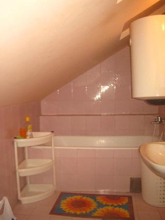 Montenegro Hostel Kotor: baño para enanos. Cuida tu cabeza!!!