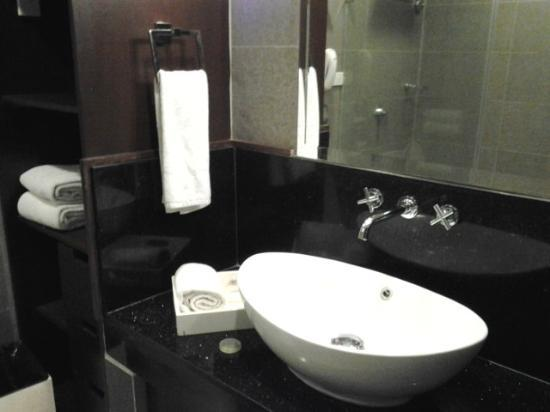 โรงแรมเดอะท็อดดอร์: Bathroom of The Whimsical Garden
