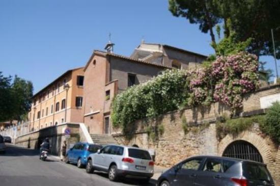 Santa Prisca und dahinter das Domus Aventina