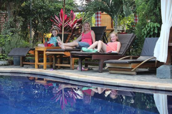 Mumbul Guesthouse: Relaxing by the pool