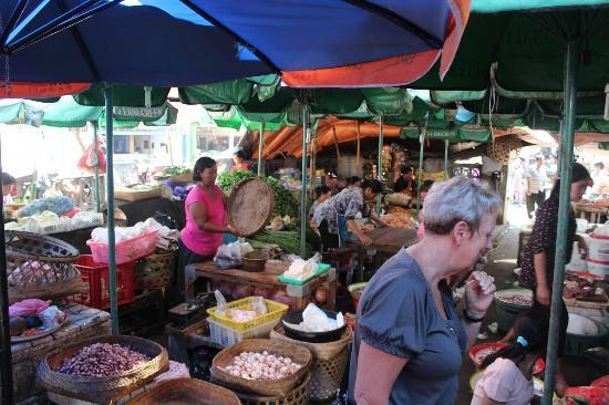 Mumbul Guesthouse: Our trip to the market for cooking class.