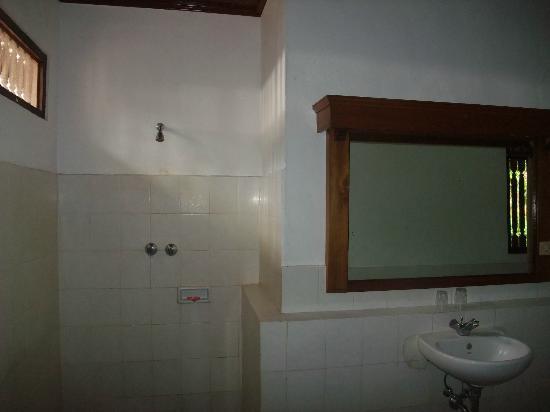 Rini Hotel: bathroom