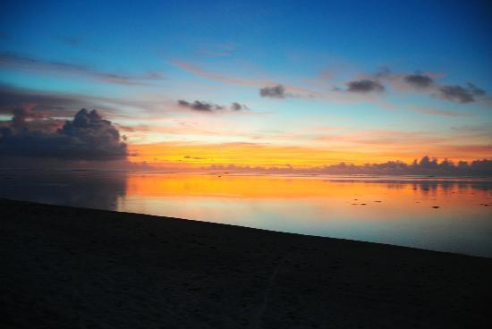 Aitutaki Beach Villas: sunset