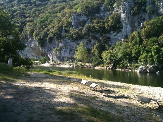 Prehistoric Lodge : chaises longues sur la plage de galets