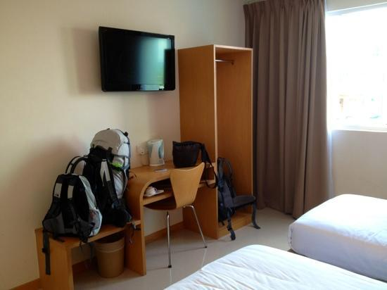 Hotel Asia Langkawi: basic but clean room..