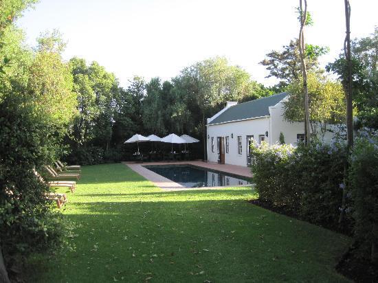 De Bergkant Lodge: Pool und Frühstücksterrasse