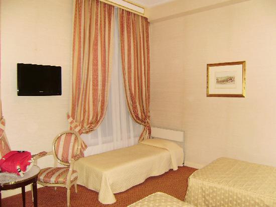 Hotel Saint Petersbourg : cama supletoria, cómoda