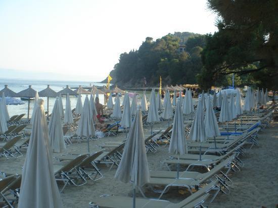 Koukounaries Beach: Koukounaries lovely beach-Umbrellas closed