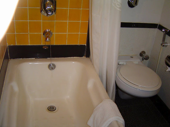 Ramee Guestline Hotel Khar : More bathroom - could use some new sealer at end of bath