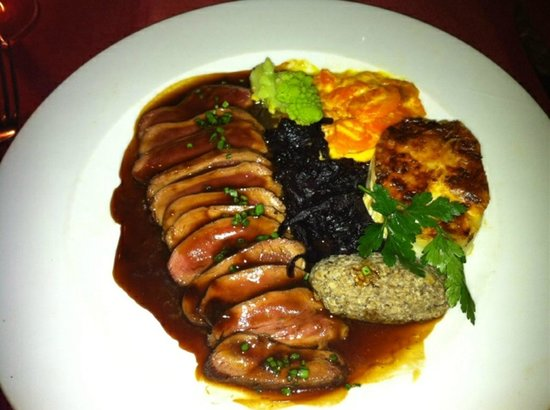 La Cave aux Fioles: Duck breast, served pink... sooo good!