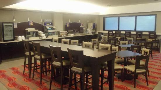 Holiday Inn Express Harrisburg: Breakfast Bar & Seating Area