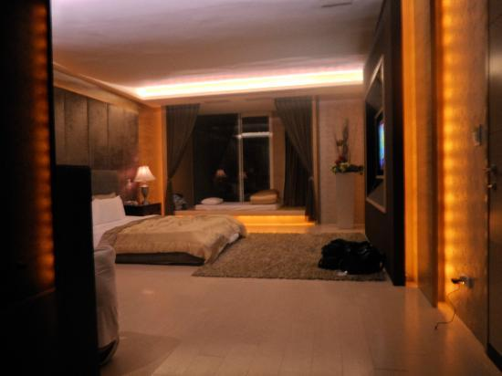 Xia Du Motel: Room 110 - Bed