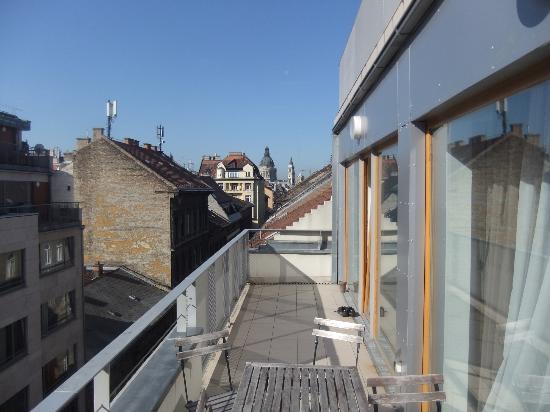 Opera Apartment Hotel: Balcony