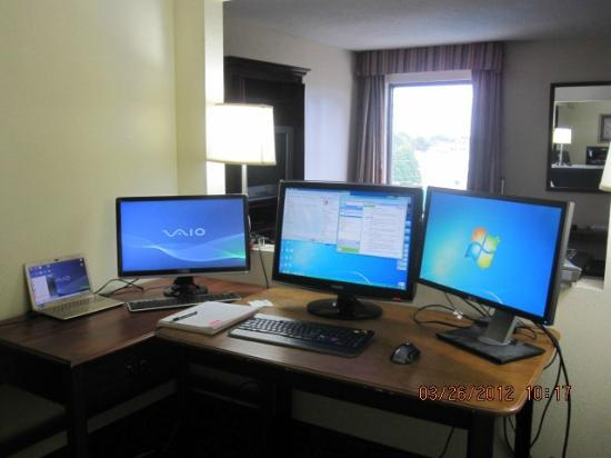 Comfort Inn & Suites Athens: Make-shift office - plenty of space for desktop running two monitors and laptop with external mo
