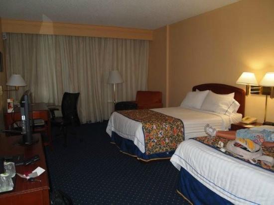 Courtyard Orlando Altamonte Springs/Maitland: Habitación con dos camas dobles.