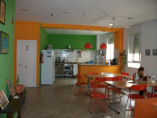Indigo Youth Hostel: cucina/sala TV