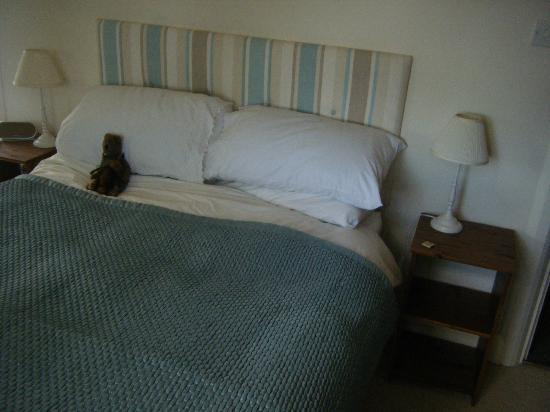 Cedar House B&B Rochester: Our comfy bed...Messy picure we'd already slept in it :oP